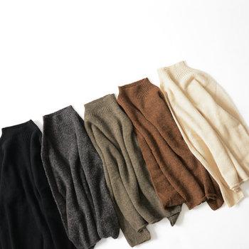 ジャストなサイズ感が魅力のシンプルニット。装いの洗練度を高める、サイドシームレスな(つなぎ目のない)デザインも特徴です。