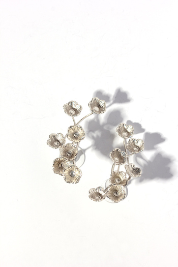 小さなお花がいくつも並んだ繊細なデザインが大人の上品さを演出します。