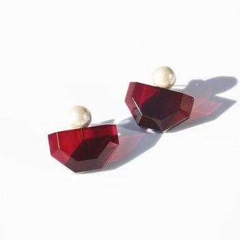 吸い込まれるように美しい赤のピアスは、真っ黒なタートルネックに合わせると素敵なコーディネートになりそう。耳元のおしゃれを主役にした着こなしにも挑戦してみましょう。