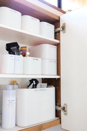 洗面台のミラーキャビネットも、貴重な収納スペースです。取り出しやすくしまいやすい、奥行きの浅い鏡裏の収納は、身支度に必要なアイテムの収納にぴったり。メイク道具やヘアケア用品など、用途や使う人ごとに収納ケースに分けるのがポイント。使うときにケースごと取り出せて、探す時間と手間が省けます。