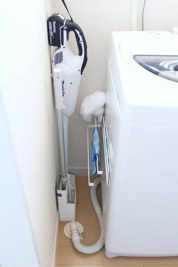 洗濯機の排水ホース上は、デッドスペースになりがちな空間です。わずかな隙間とはいえ、狭い洗面所兼脱衣所では貴重な収納スペースになります。専用ラックやマグネットバー、フックなど、さまざまなアイディア商品が市販されていますので、ご自宅のスペースに合うものを活用してみましょう。