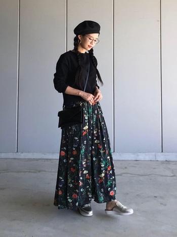 通常の花柄よりさらににレトロ感のあるヴィンテージスカートが主役のコーデです。メガネをONすることで、ヴィンテージ感も相まってコーデがよりグレードアップ。メガネがあることで、三つ編みでも可愛くなりすぎないのでお試しあれ。