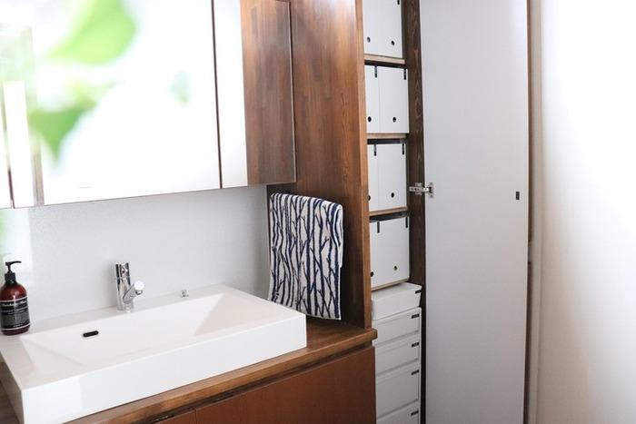 シンプルなデザインで、モジュールが統一されているのが魅力の無印良品の収納アイテム。なかでも、ファイルボックスは人気商品で、洗面所・脱衣所収納でも活躍すること間違いなし。洗剤や化粧品などの不揃いなパッケージも、ファイルボックスに入れてしまえばスッキリ! コンタクトやアクセサリーなどの細かいものの収納には、引き出し収納がおすすめです。