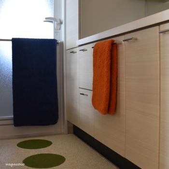 洗面所を兼ねた脱衣所は、限られたスペースに洗面台や洗濯機、収納などがギュッと集中しています。身支度や洗濯など一連の動作をストレスなく行うには、スムーズな動線を確保することが大切です。通路や作業をするスペースにモノを置かない、縦方向の空間を活用するなど工夫するとよいでしょう。
