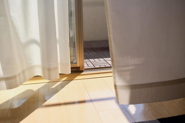 現代の日本の住宅は気密性が高いので、締め切っていると空気の循環が起こりにくく空気が汚れがちです。空気清浄機があるからと頼りっぱなしにせず、窓を開けて空気を入れ換えましょう。換気する場合、一箇所だけ開けても空気が流れにくいので、対角線上の位置にある窓やドアを2箇所同時に開けるのがポイントです。1~2時間に一度をめやすに行うのが理想的です。