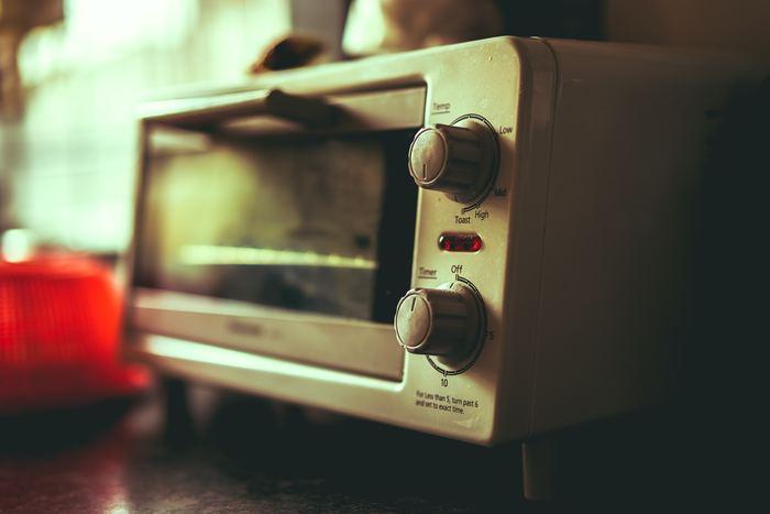 1.あらかじめオーブントースター内を温めておき、魚焼き用のホイルシートを敷いたらししゃもを並べます。 2.220℃前後の温度に設定し、目安としてはおおよそ10~15分ほど焼きます。(冷凍であればもう少し長めに焼く)途中でひっくり返して焼けば完成です。