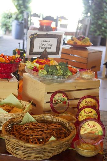 """『ポットラック(potluck)』とは、""""あり合わせの料理""""という意味。ホストが全てを用意するのではなく、ゲストもお料理を持ち寄ってみんなで食べるのがポットラックパーティーです。"""
