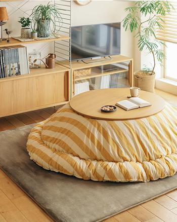 ふっくらしたこたつ布団が可愛い丸いこたつ。お友達同士、丸くなっておしゃべりをするのも楽しそうですね。シェルフなども木製で合わせると、より温かな印象になります。