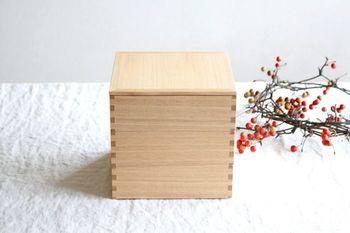 明治38年創業の、越前塗の漆器メーカー「松屋漆器店」の重箱。木目の美しさ・ナチュラルな素材の質感を大切にした白木塗は、汚れが付着しにくく、キズも目立ちにくい、扱いやすい点が魅力的。