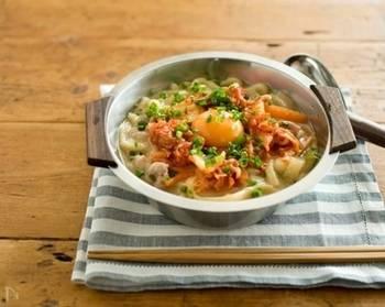 冷凍うどんを使った簡単なレシピです。冷蔵庫に余っている野菜類を使ってもいいですね。