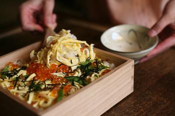 シンプルで美しい重箱は、シーンを問わず入れる食べ物を選びません。油ものも入れられて、お手入れも簡単。