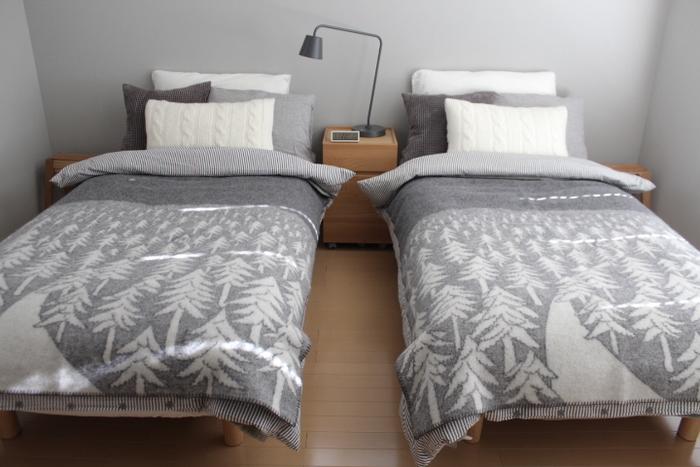 ベッド周りのファブリックを冬仕様にするだけで、ぐんと温かな雰囲気に。暖色系やシックな色合いを選ぶと、シーズンムードが高まります。