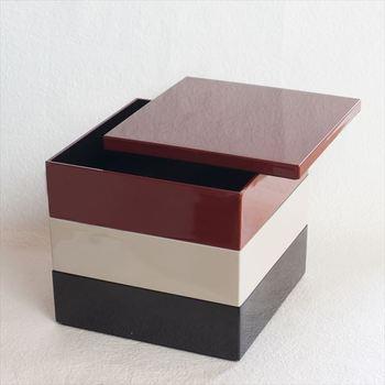 シンプルでスタイリッシュな見た目で、現代のライフスタイルに合ったモダンな印象の越前漆器の重箱。一段ごとに異なる配色でトリコロールのようなおしゃれな雰囲気。