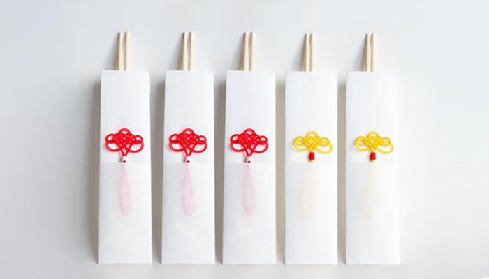 年末年始のおもてなしのシーンにテーブルを華やかに彩ってくれそうな「祝い箸袋 5膳セット」。和紙を折って作られた袋に、伝統的なあわじ結びをベースにした水引きをあしらいました。