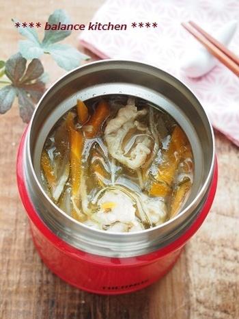 こちら、刻み昆布を入れるだけで、そのほかのだしは不要の簡単スープです♪豚肉が入っているので、お弁当のボリュームが少なめのときにもおすすめ。