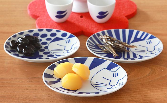 水玉にトラ柄、縞模様などさまざまな模様のネコが描かれたユーモラスな豆皿。小さすぎないサイズ感でゆるやかな楕円形が絶妙に使いやすい。お菓子やお漬物、お惣菜などの取り皿としてさまざまなシーンで使え、洋風の食べ物にも和食にも不思議とマッチします。