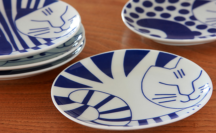 北欧スウェーデン生まれの「リサ・ラーソン」デザインの豆皿。400年以上つづく日本を代表する伝統磁器の有田焼で、透きとおるような白磁に繊細で華やかな絵付けが魅力的。