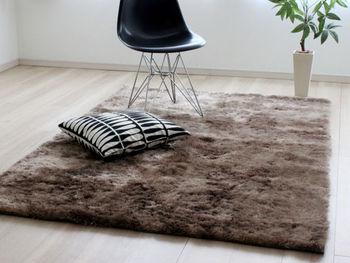 大地をイメージしたアースカラーのラグは、シックでナチュラルなお部屋によく似合います。ポリエステル製でさらさらとした肌ざわり。床暖房やホットカーペットでも使用できます。サイズもいろいろ。