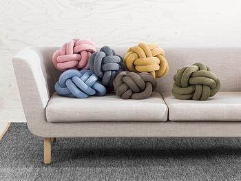 表地はウールを使ってニットのように編まれたノットクッション。大きな毛糸玉がおうちにあるような、とてもユニークなデザインでお部屋が楽しくしてくれます。