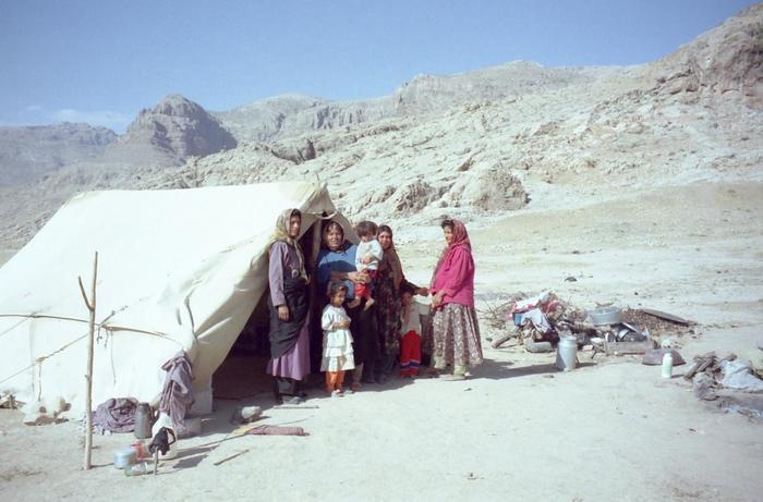 古くからイランの沙漠で生活を続けるイランの遊牧民族「カシュガイ族」。その女性たちの間では、「ギャッベ(ギャベ)」と呼ばれる絨毯織りの技術が受け継がれてきました。暮らしの中の風景をギャッペに織り込んでいく技術は、まさに経験のなせる技といえるでしょう。