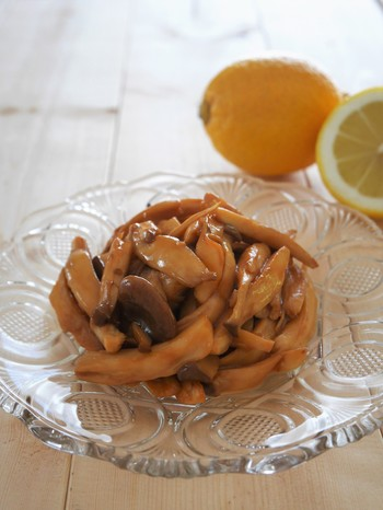エリンギをソテーするだけで、立派なお弁当のおかずになります♪こちらは、冷めてもおいしいレモンバターしょうゆ味。10分でささっと作れますよ。