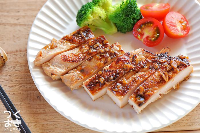 鶏むね肉を使ったしょうが焼きですが、下ごしらえとして塩こうじに漬けるというひと手間かけたレシピ。塩こうじの働きで、冷めてもやわらかく仕上がります◎冷蔵庫で5日ほど保存もできますよ。