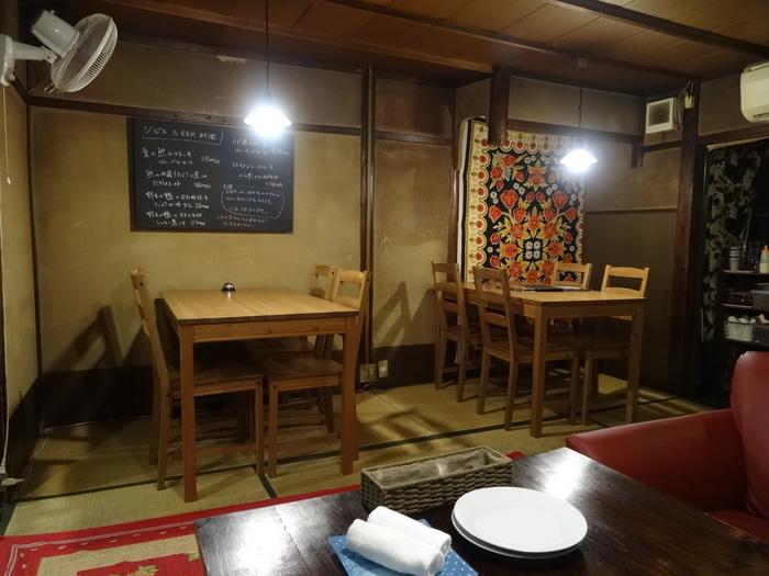 京都らしい古民家風のお店『地球の幸せを夢みるバグ』は、お昼は京風の坦々麺、夜はジビエ料理を食べさせてくれるという2つの顔を持っています。お店を切り盛りする女性店主はジビエ研究家でもあるので、興味深いお話が聞けるかも。