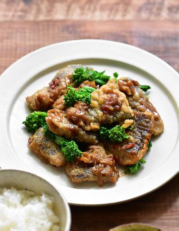 こちらは、しっかり味の白身魚のおかずです。白身魚にお酒を少量かけて少し置き、フライパンで揚げ焼きにしたら、タレを絡めて仕上げましょう。青菜を合わせると彩りが映えますよ♪