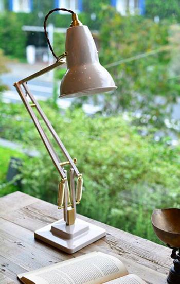 ジョージ・カーウォーディンは、車会社のエンジニアを経て、サスペンションシステム開発の会社を設立。自動車のサスペンションからヒントを得て、思い通りに動かせるランプをデザインしました。