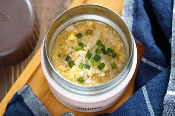 開けた時の黄色が気持ちもほっこりさせてくれそうなかき玉スープ。鶏ひき肉、えのき、長ネギなども入っています。材料をお鍋に入れて煮たら、卵を回しかけるだけなので簡単です♪