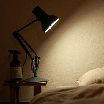 角度を自在に調整できるので、ベッドサイドに置いても邪魔になりません。