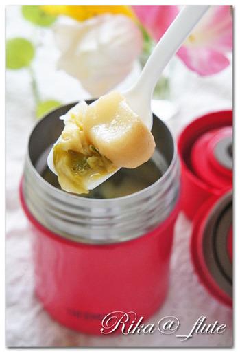 まずはお弁当に合わせやすい味噌汁のレシピからご紹介。市販の味噌汁の素を使った簡単レシピなので、スープジャーデビューの方にもおすすめですよ。具材を変えれば簡単にアレンジも可能♪