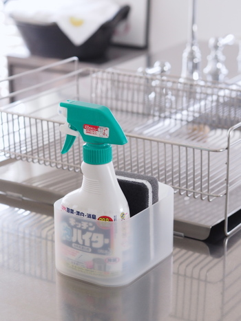 塩素系漂白剤は、カビなどの汚れを短時間で分解する殺菌力に優れた便利な製品ですが、独特のにおいがあります。体調が悪い時は使わないよう注意しましょう。また、酸性の洗剤や食酢、ほかの薬品などを絶対に混ぜないこと、素手で触れないことが重要な注意事項です。  商品としては、「キッチンハイター/カビハイター」や「カビキラー」などがあります。カビキラーは、洗濯槽用のアイテムもあり、非塩素系のものもありますので、お好みで使い分けてみてください。