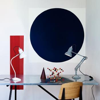ジグザグに曲がった足のランプ『アングルポイズ』は、スタイリッシュなデザインでインテリアランプとして大人気。シンプルながらも存在感のあるランプです。