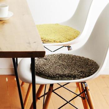 ダイニングの椅子などの座り心地をよくする低反発チェアパッド。しかも、3色の糸によるミックスシャギーのパイルは、とてもぬくもりがあり、お部屋をさりげなくイメージチェンジさせてくれます。