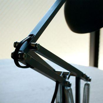 アングルポイズは三本のスプリングによって、適度な伸縮性で自由自在に動かすことができます。当初は工業用照明に多く用いられていた4本スプリングでしたが、ジョージのデザインで3本スプリングに改良されました。