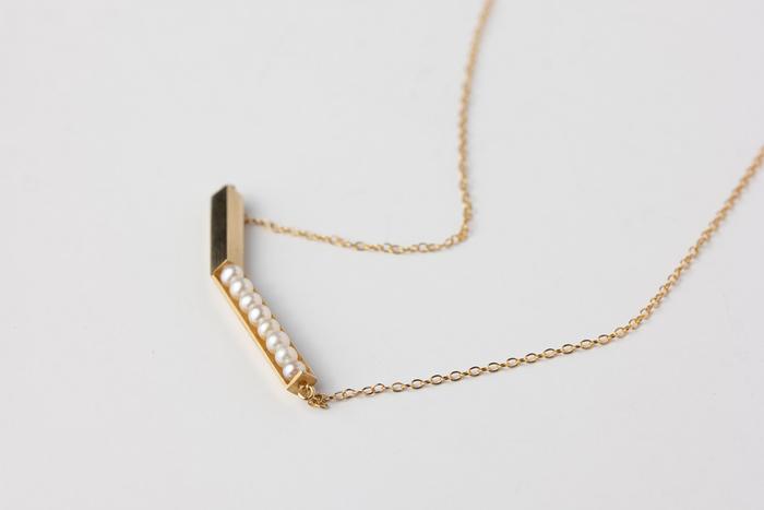 ゴールドバーに、パールを施したクールな印象のネックレスです。上品でかわらしいパールにゴールドバーのクールなイメージが相まって、普段使いしやすく嬉しいデザインになっています。