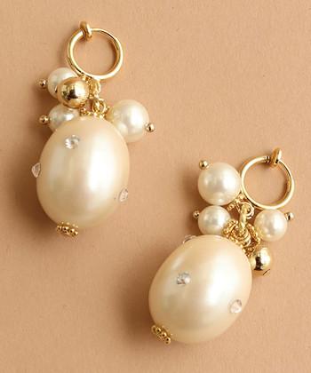 パールとビジューが華やかなイヤリングです。全体的に丸みのあるデザインとやさしいゴールドがあたたかみを感じさせてくれますね。ほどよく揺れるパールもかわいい!