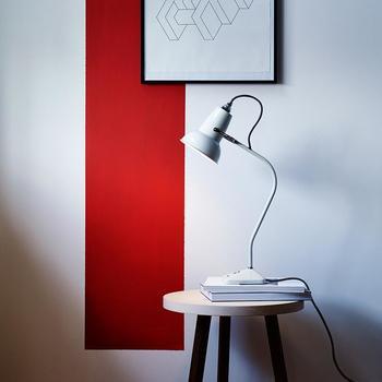 緩やかなカーブを描く細いアームが美しい、現代的なデザインのアングルポイズ。オリジナルよりシンプルです。
