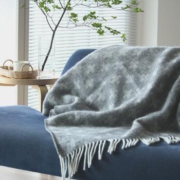軽さとあったかさを兼ね備えた、スウェーデンの老舗ブランド「クリッパン」のスローケット。スローケットとは、ドビー織機を使って空気を含ませながら織るもので、30~40%軽いふんわりした仕上がりになるそうです。