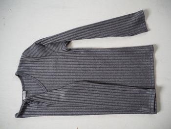 まずお洋服を広げたら、肩の部分を内側に折り畳みます。次に袖は斜めに折り返して、身幅に沿う様に真っ直ぐに整えましょう。