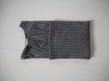 裾を襟元に向かって折り返します。全部折り返さず、クローゼットの高さ分を残して折り畳むのがコツです。