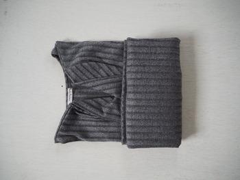 クローゼットの高さ分の襟を残したまま、もう一度裾部分を折り畳みます。