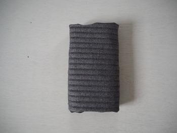 最後に残しておいた襟部分を畳んで出来上がりです。コロンと丸まってしわになりにくく、高さはクローゼットにぴったり。
