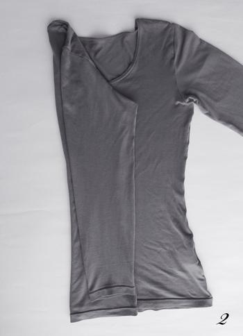 そんなヒートテックも同じ畳み方でスッキリとまとめることができます。袖を折り畳んで形を整えていきます。