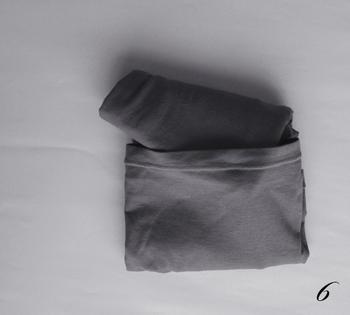 ポイントは最後の一工夫。裾部部分にできたポケットに、襟部分を折り込みます。そうすることで、クローゼットの中で形が崩れずにキープできます。