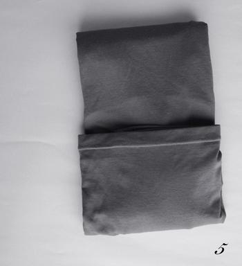 裾部分を折り畳んで、クルクル。ここまではシャツ類と同じ方法です。