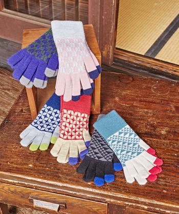 カラフルデザインの五本指手袋は、円満や調和などの意味を持つ七宝柄をあしらったアイテム。色が変わっている指先の部分は、タッチパネル対応で履いたままスマホが扱えます。