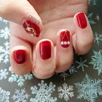 ちっちゃなパールを並べて、レディなネイルに清楚感をプラス。ボルドー×ホワイトは、クリスマスにもうってつけの色合わせです。