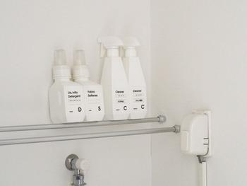 すっきりとして見えるのは、ボトルをホワイトで統一しているから。ラベルも自作してオシャレな雰囲気に。